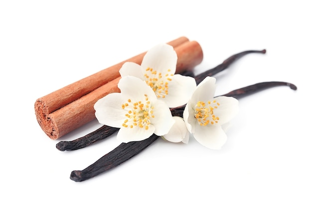 Vanillestokjes en kaneel met bloemen.
