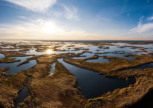 Vanuit vogelperspectief de prachtige samarskie plavni in het warme avondlicht in oekraïne