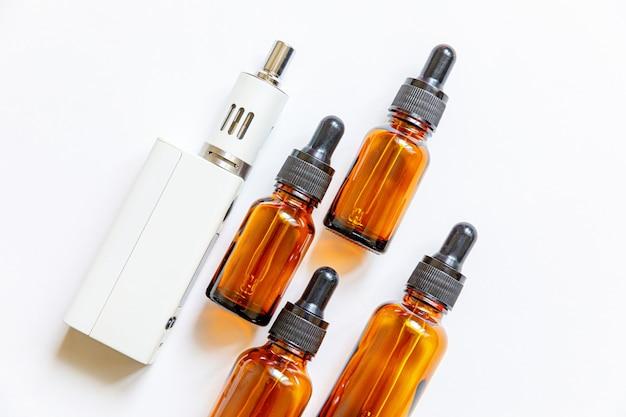 Vaping apparaat e-sigaret elektronische sigaret en vloeibare flessen geïsoleerd op wit