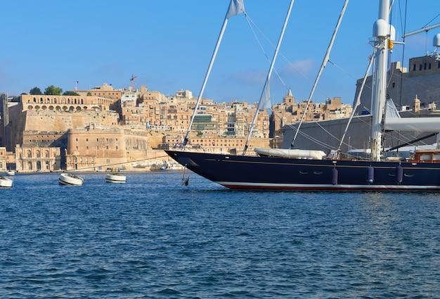 Varend schip dat in jachthaven vittoriosa in grote baai valletta op malta wordt vastgelegd