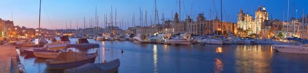 Varende boten op senglea-jachthaven in grote baai, valletta, malta, bij nacht