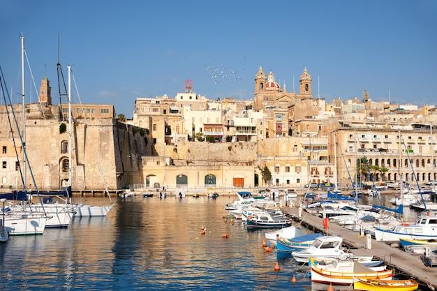 Varende boten op senglea-jachthaven in grote baai, valletta, malta
