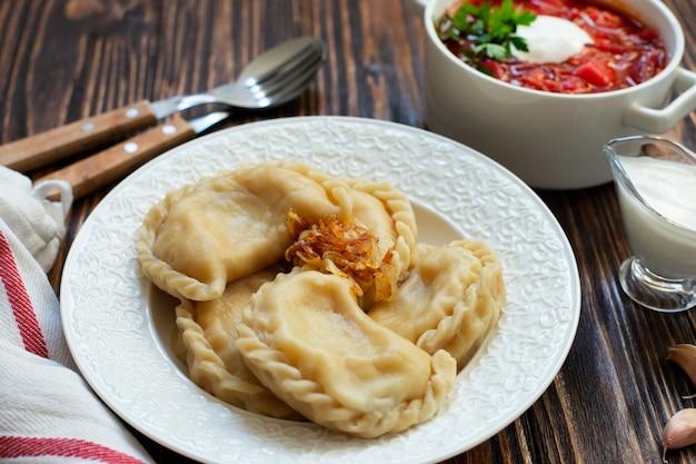 Vareniki-dumplings met zure room