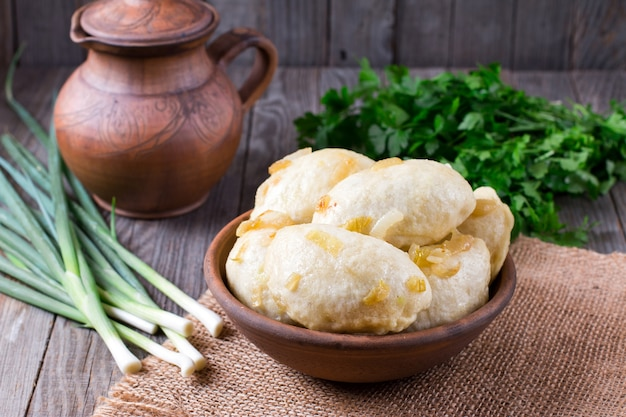 Vareniki of russische dumplings met ui