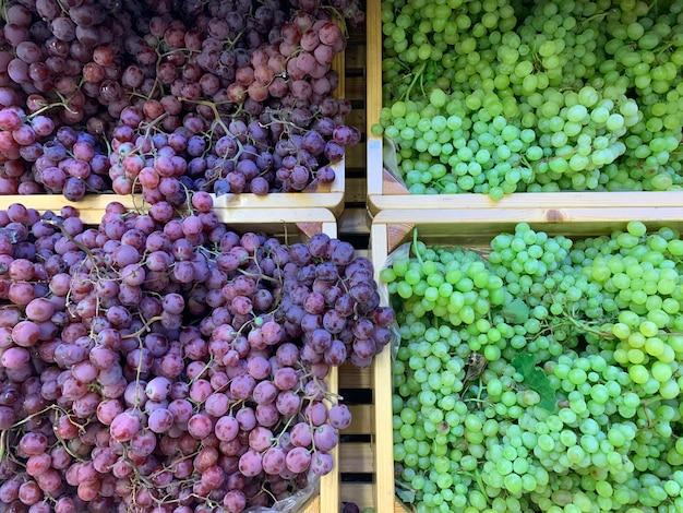 Varianten van verse biologische groenten en fruit op de plank in de supermarkt, boerenmarkt. gezond voedselconcept