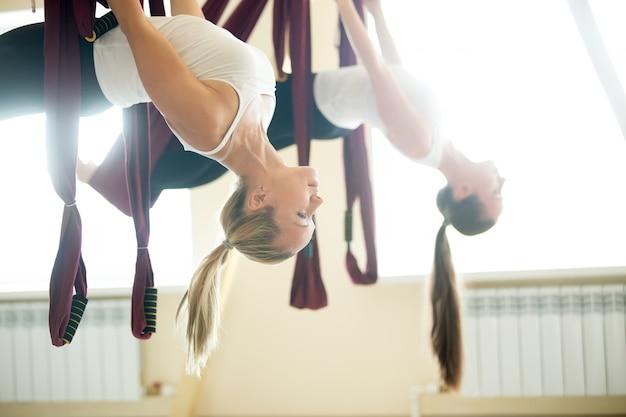 Variatie van yoga locust zit in hangmat