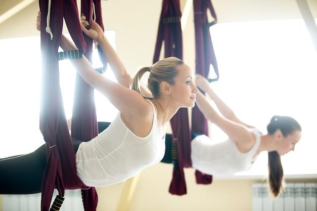 Variatie van yoga sarpasana zit in hangmat