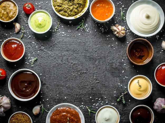 Variaties van verschillende soorten sauzen in kommen.