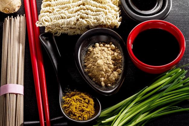 Variety defferent veel ingrediënten voor het koken van leuk oosterse aziatisch voedsel. bovenaanzicht met kopieerruimte. donkere achtergrond. bovenstaand. toning.
