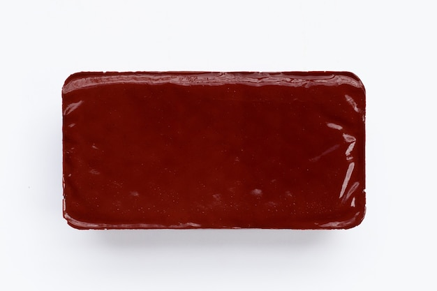 Varkensbloedpudding op witte achtergrond.