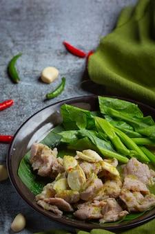Varkensbotten tom yum thais eten, tom yum varkensribbetjes versierd met ingrediënten.