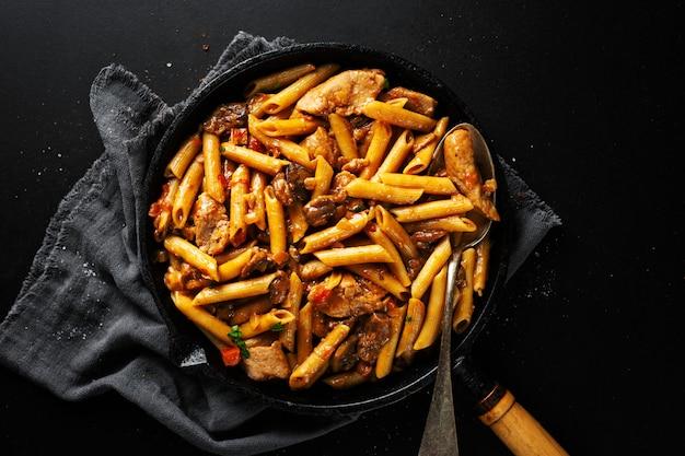 Varkensbrokken gevuld met pasta penne