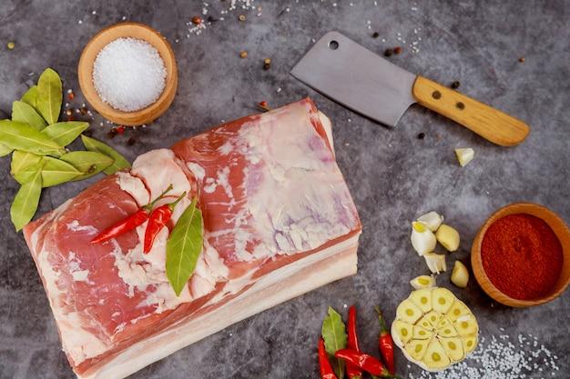 Varkensbuik met kruiden en vleesmes. voorbereiding oekraïens gerecht.