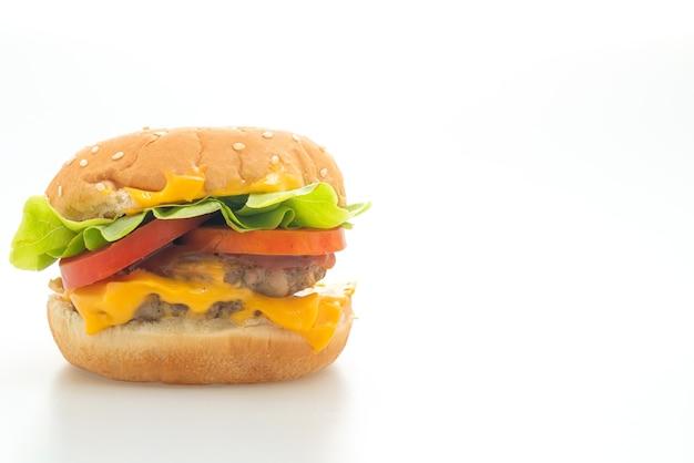 Varkenshamburger met kaas die op witte achtergrond wordt geïsoleerd
