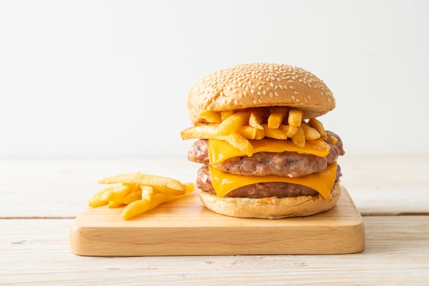 Varkenshamburger of varkensburger met kaas en friet