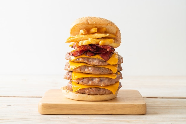 Varkenshamburger of varkensburger met kaas, spek en frietjes