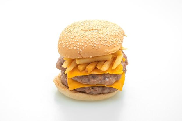 Varkenshamburger of varkenshamburger met kaas en frietjes geïsoleerd op een witte ondergrond