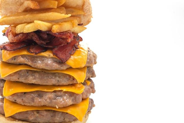 Varkenshamburger of varkensvleeshamburger met kaas, bacon en frietjes die op witte achtergrond worden geïsoleerd