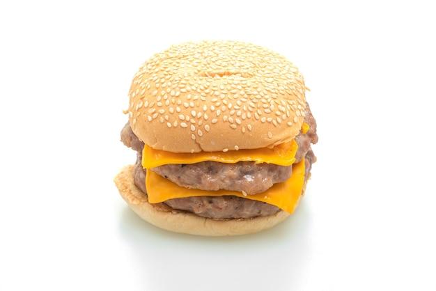 Varkenshamburger of varkensvleeshamburger met kaas die op witte achtergrond wordt geïsoleerd
