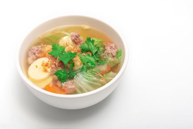 Varkenskoteletten en tofu soep op witte kom