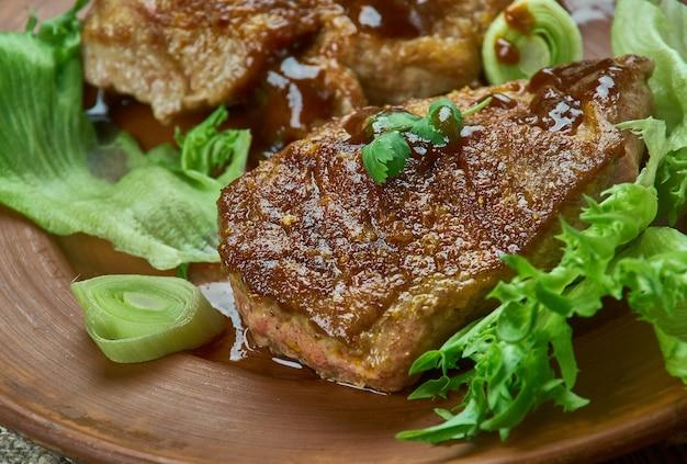 Varkenskoteletten met bruine suiker en perzik-barbecuesaus