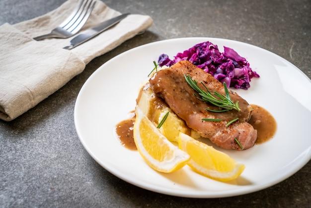 Varkenslapje vlees met rode kool en aardappelpuree