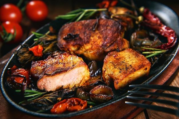 Varkenslapje vlees met rozemarijn en tomaten