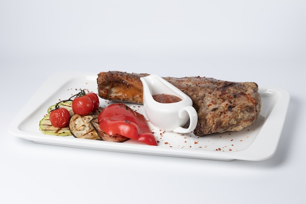 Varkensrib met gegrilde groenten en rode saus