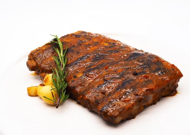Varkensribbetjes grill, gegrilde en gerookte ribben met barbecuesaus