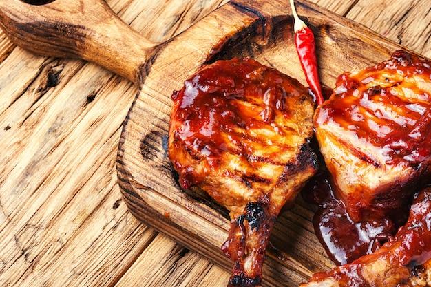 Varkensribbetjes in barbecuesaus