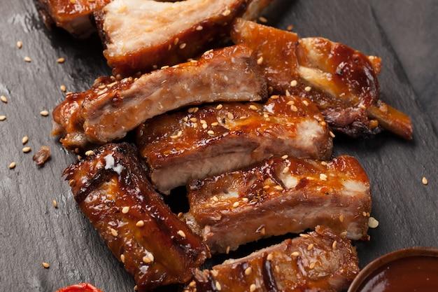 Varkensribbetjes in barbecuesaus.