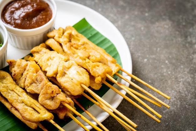 Varkenssaté - gegrild varkensvlees geserveerd met pindasaus of zoetzure saus