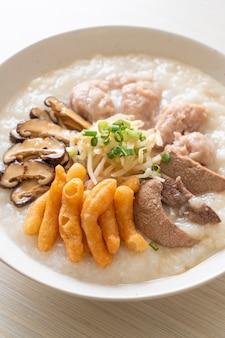 Varkensvlees congee of pap met varkenskom