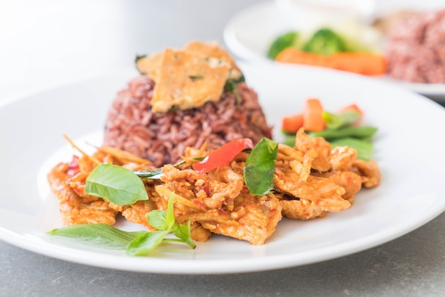 Varkensvlees curry met bessenrij en omelet