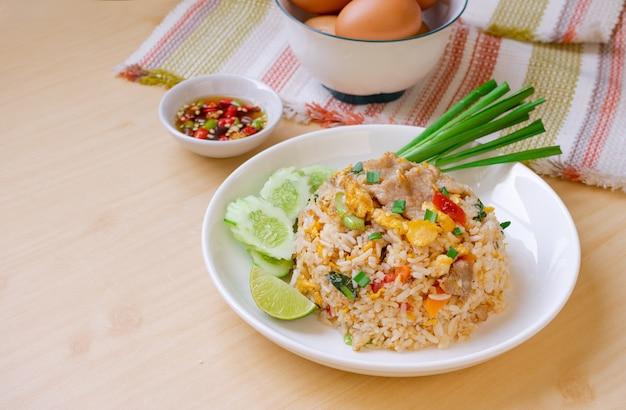 Varkensvlees-ei gebakken rijst met chili vis suace