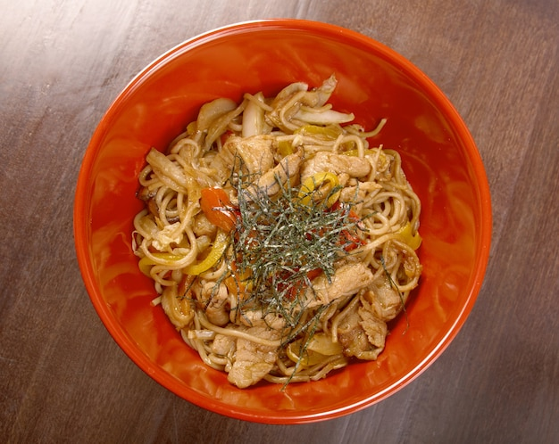 Varkensvlees en soba met groente. traditioneel japans eten