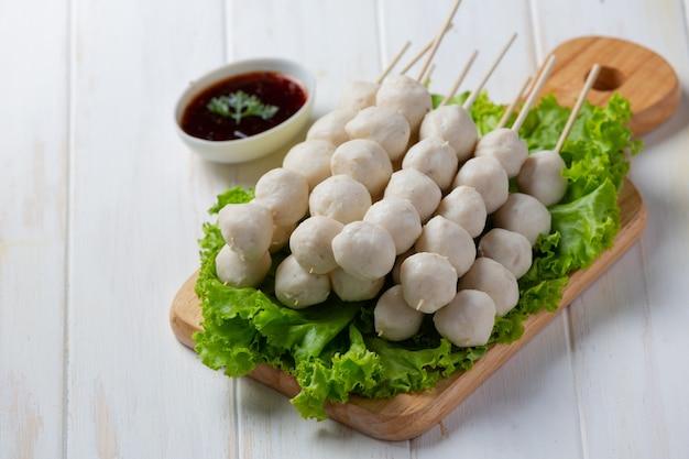 Varkensvlees gehaktballen op het witte houten oppervlak.