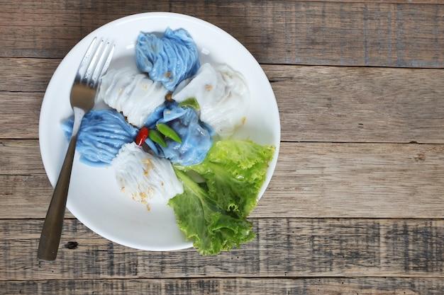 Varkensvlees gestoomd rijstpakketten aziatisch thais dessertvoedsel op houten lijst