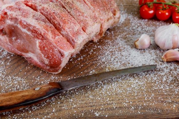 Varkensvlees nek met groenten en kruiden bovenop. varkensvlees met groenten. biologisch varkensvlees.