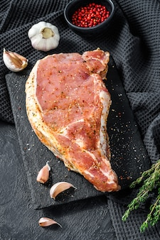 Varkensvlees op been. kotelet om te braden, grillen. met kruiden en ingrediënten knoflook. rauw biologisch vlees