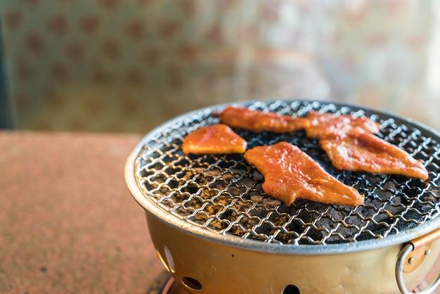 Varkensvlees op houtskoolgrill