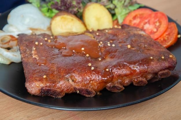 Varkensvlees rib grill met barbecuesaus op de plaat