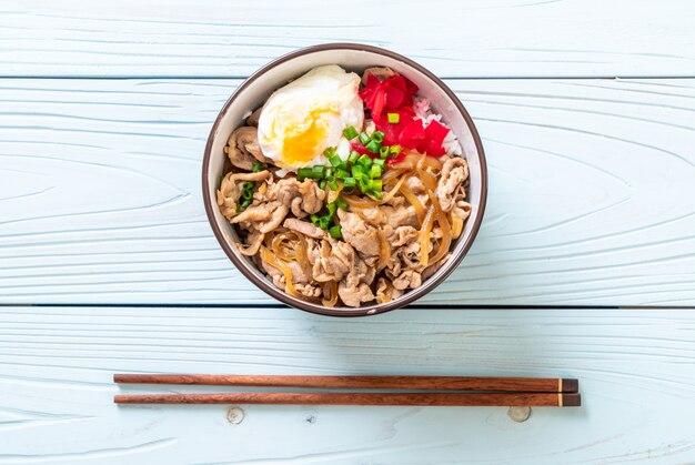 Varkensvlees rijstkom met ei (donburi), japans eten stijl
