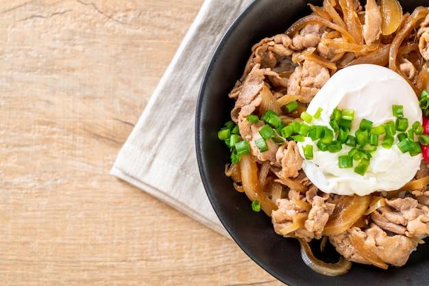 Varkensvlees rijstkom met ei (donburi) - japans eten