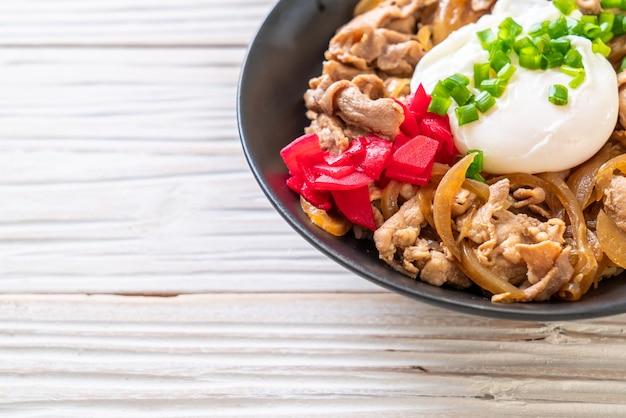 Varkensvlees rijstkom met ei (donburi) - japanse voedselstijl
