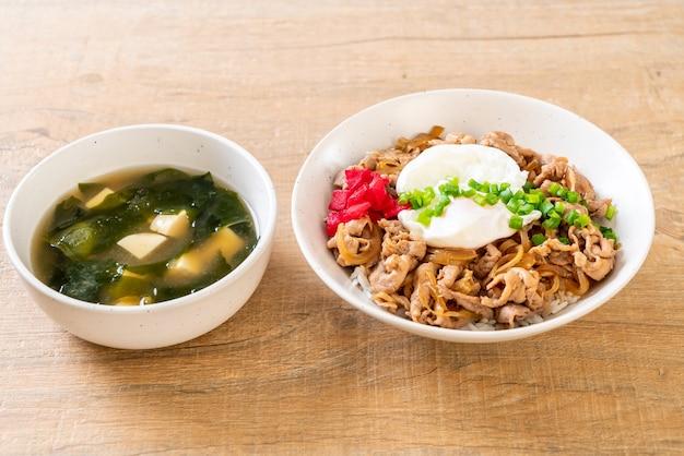 Varkensvlees rijstkom met ei