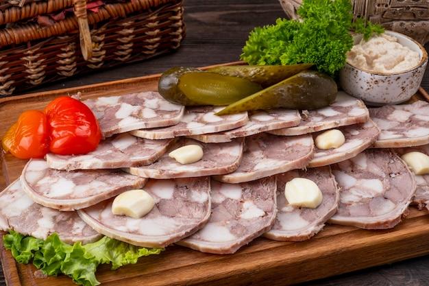 Varkensvlees saltison op een houten bord. heerlijke varkenssnack. detailopname