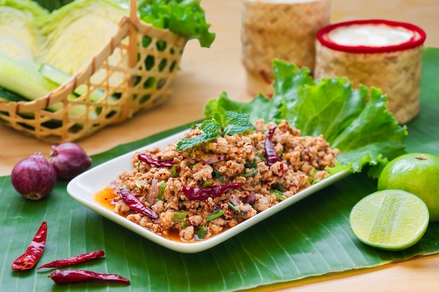 Varkensvleeslarb (pittige varkensgehaktsalade) - thais noordoostelijk lokaal voedsel