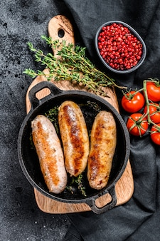 Varkensworstjes in een gietijzeren pan