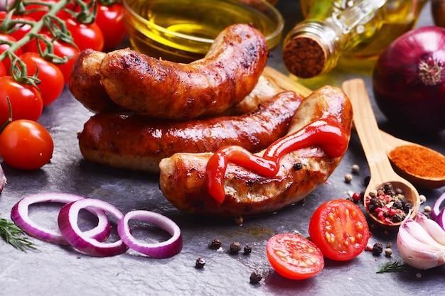 Varkensworstjes met kruiden en groenten